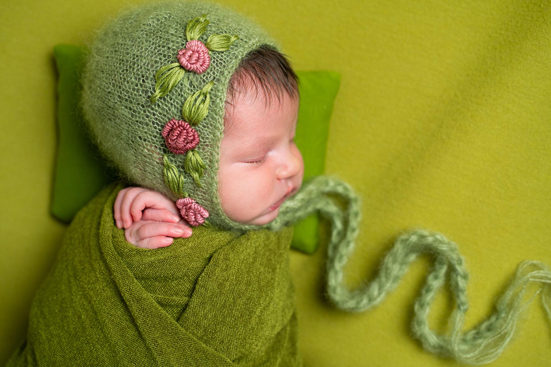 Neugeborenenbilder in Bremen Mädchen gepuckt mit Blumen