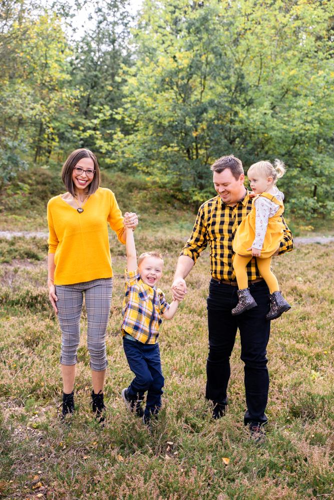 Familienfotos in Bremen in der Heide Junge wird fliegen gelassen