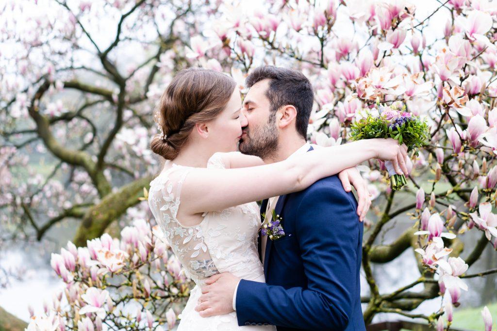 Hochzeitsfotograf Bremen Paarshooting im Bürgerpark Magnolienblüte I Elysianna Lumiere Photography