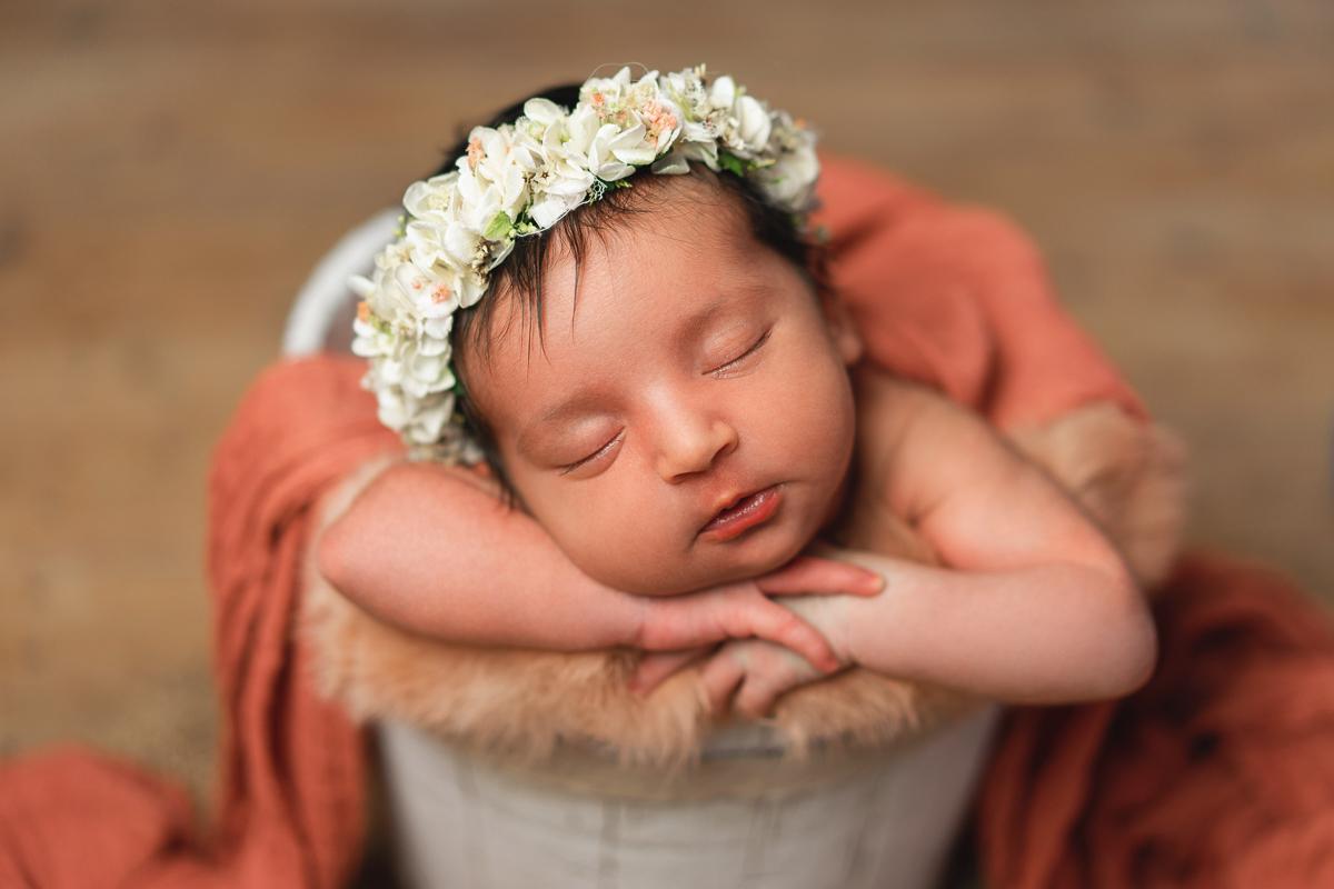 Mädchen mit Haarkranz Neugeborenenshooting Bremen Babyfotoshooting Lilienthal