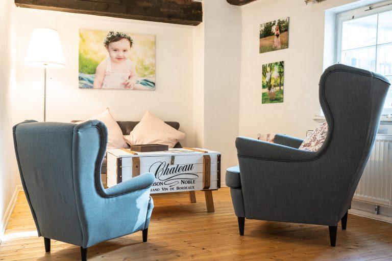 Gemütliche Sitzecke im Aufenthaltsraum im Fotostudio Bremen