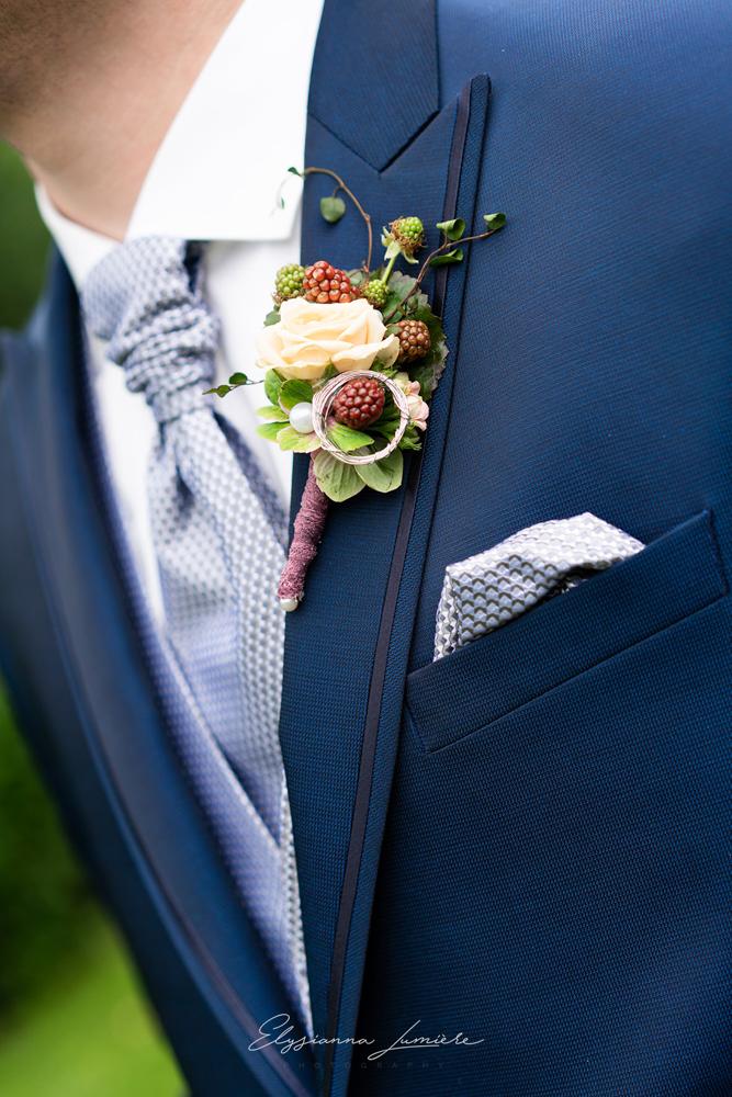 Details des Blumenschmucks vom Bräutigam