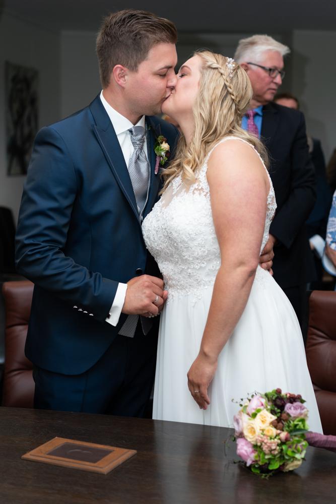 Standesamtliche Hochzeit in Visbek der Kuss
