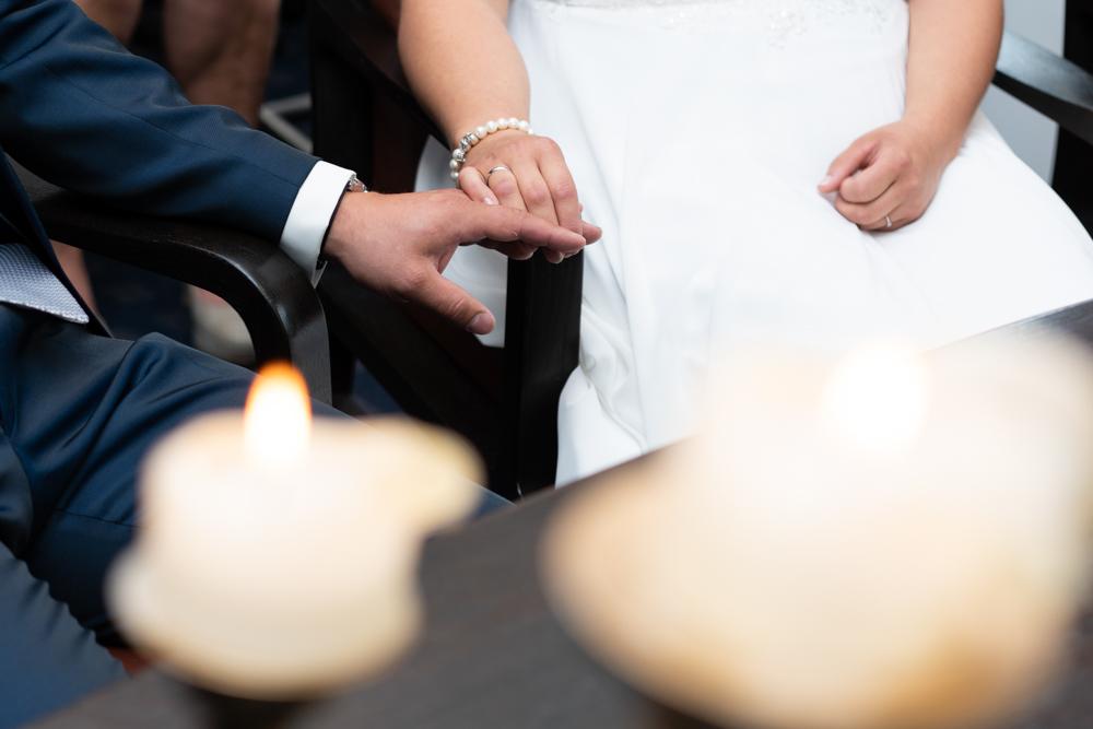 Standesamtliche Hochzeit in Visbek Paar hält Händchen