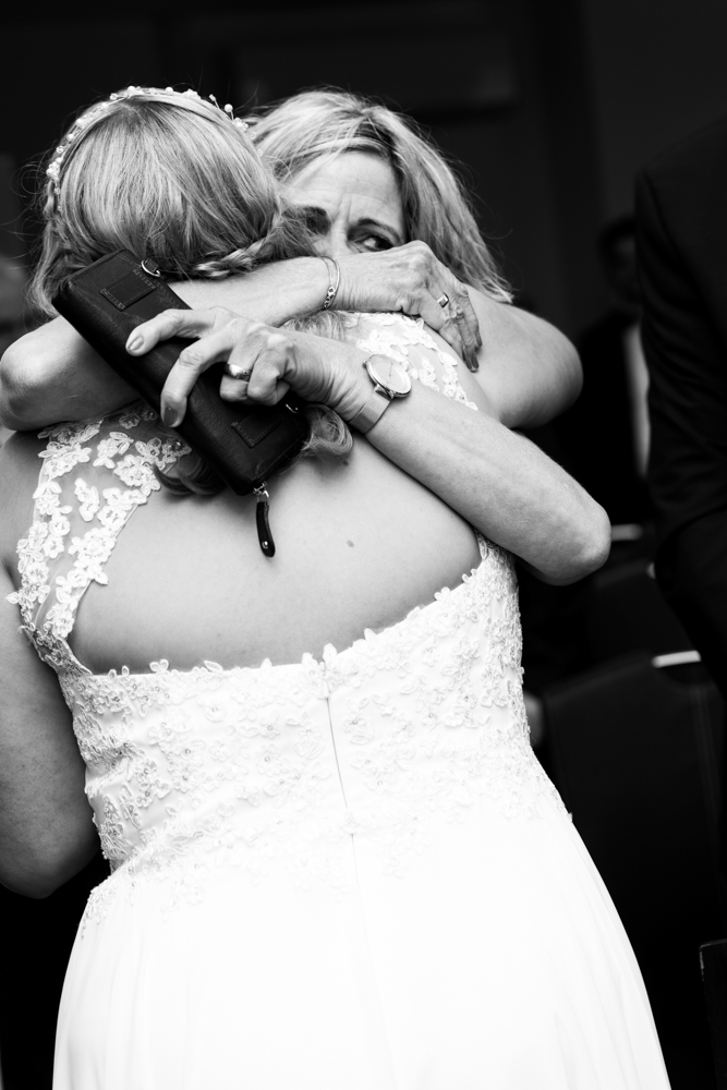 Umarmung der Brautmutter nach der Trauung