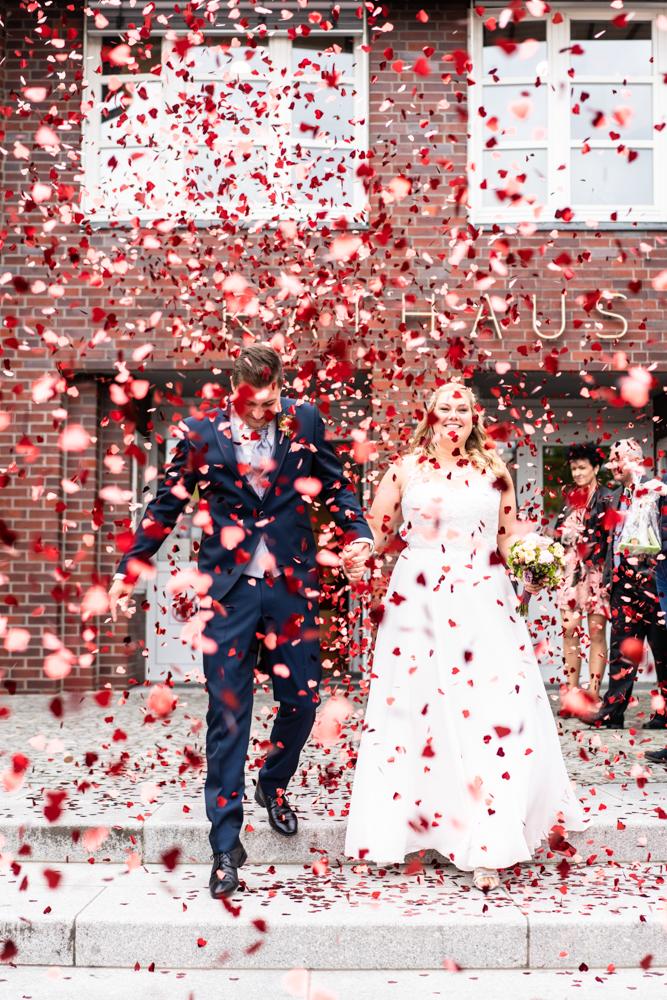 Konfettiregen für das Brautpaar nach der Trauung im Standesamt Visbek