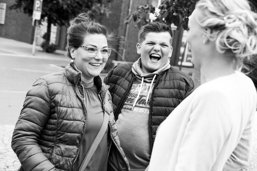 Lachende Gruppe bei Hochzeit am Visbeker Standesamt