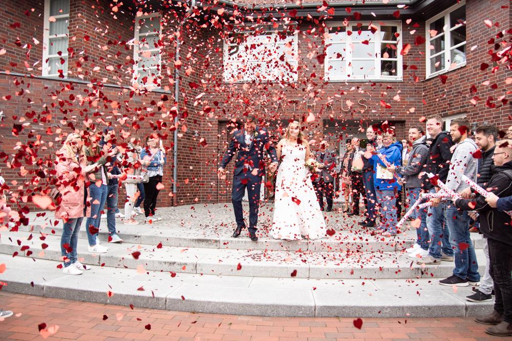 Empfang des Brautpaares mit Konfetti vor dem Standesamt