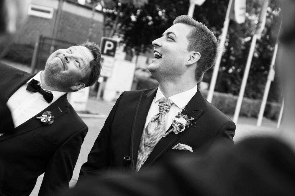 Bräutigam und Trauzeuge beim Empfang