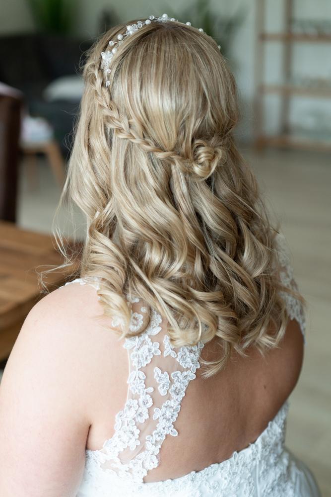 Getting Ready der Braut detail der Frisur