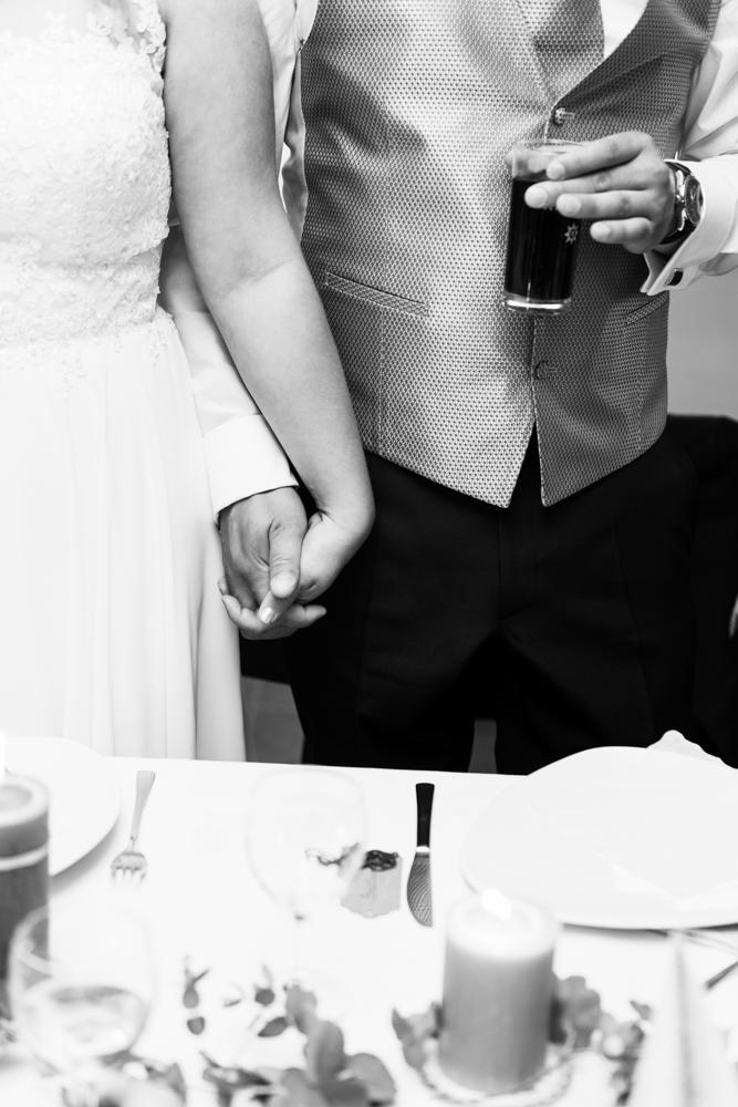 Brautpaar mit eng verschlungenen Händen bei der Hochzeitsreportage