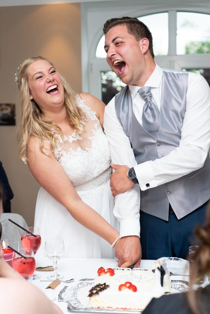 Die Hochzeitstorte- es wird darum gerungen wer die Hand oben hat