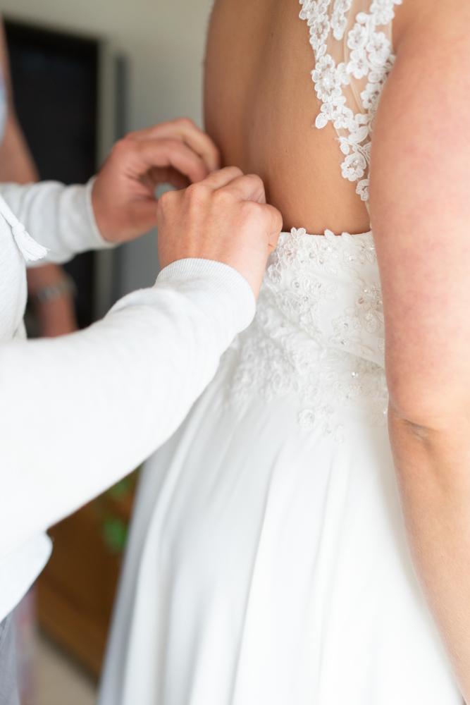 Getting Ready der Braut Brautkleid schließen