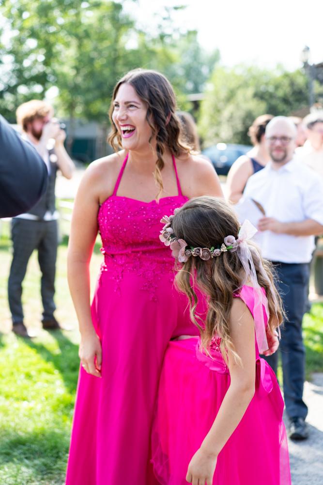 Gästeempfang lachende Gäste - Fotografin für Hochzeiten