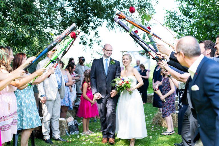Freie Trauung am Flussufer in Bremen Blockland - Auszug des Brautpaares - Gäste stehen Spalier