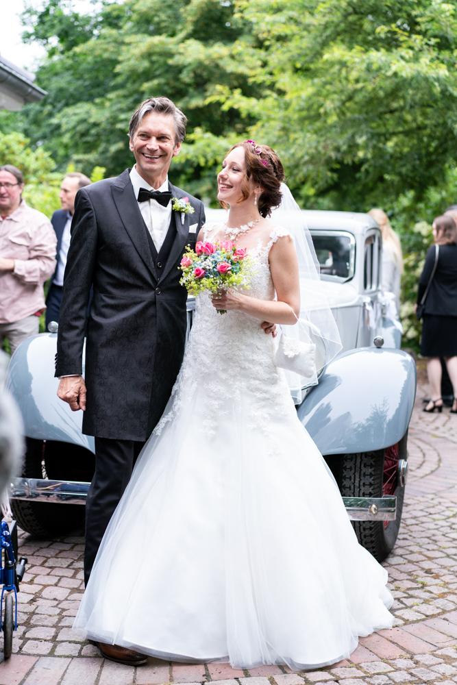 Das Brautpaar kommt mit dem Oldtimer an - Trauung am Lür-Kropp-Hof Bremen