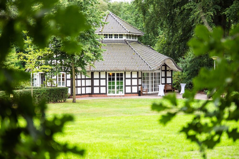 Trauzimmer von Außen Hochzeitsfotos im Park des Lür Kropp Hofs