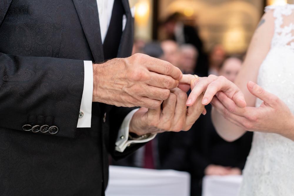 Ringwechsel bei der standesamtlichen Trauung Fotografische Begleitung der Hochzeit vom Profi