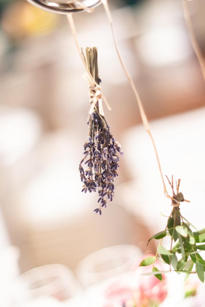 Lavendel als Hochzeitsdeko Elysianna Lumière Photography