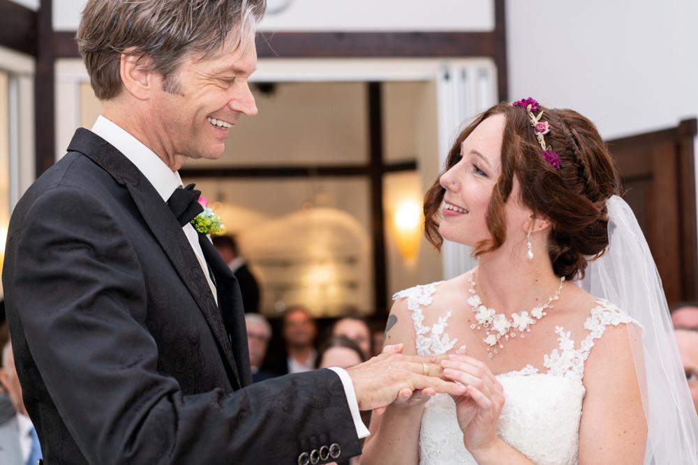 Der Ringwechsel - Hochzeitsfotograf Reportagebegleitung