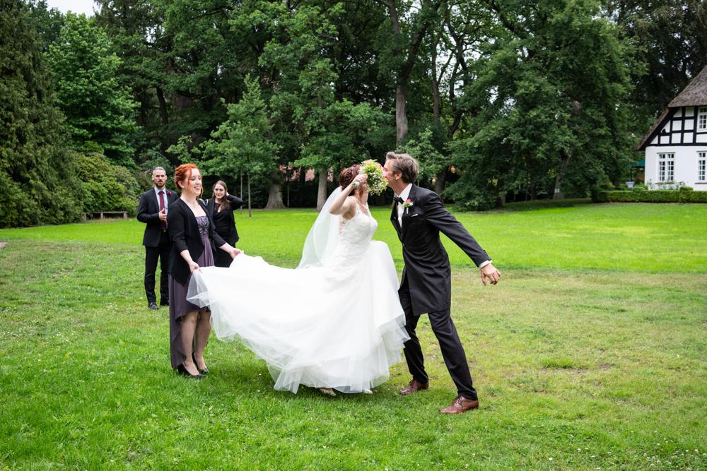Die kleinen witzigen Momente einer Reportage - authentische Hochzeitsfotografie