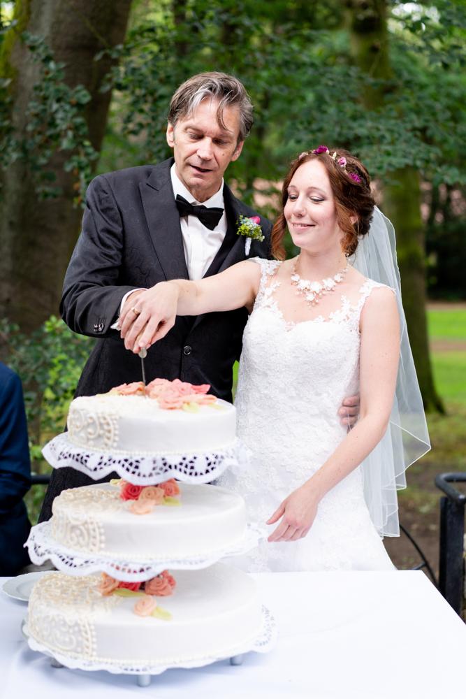 Torte anschneiden I Authentische Hochzeitsfotos in Bremen