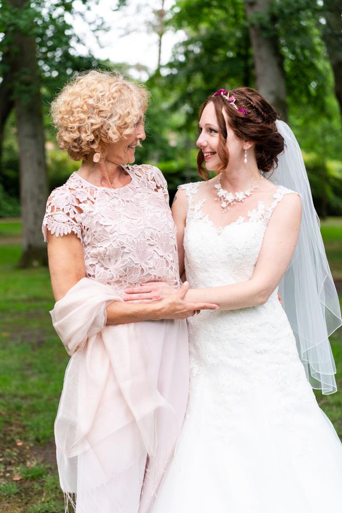 Gruppenfoto Braut mit der Brautmutter - Standesamtliche Trauung im Lür-Kropp-Hof Bremen