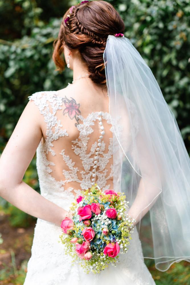 Detailfoto Brautkleid und Brautstrauß Hochzeitsfotografin