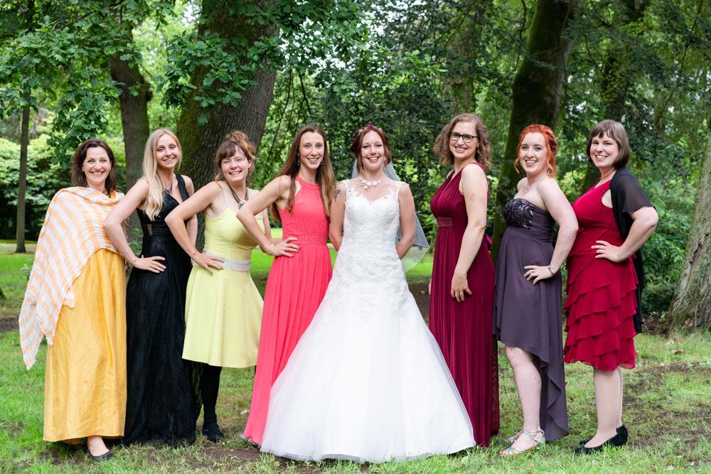 Gruppenfoto in der Hochzeitsreportage die Braut mit ihren Brautjungfern