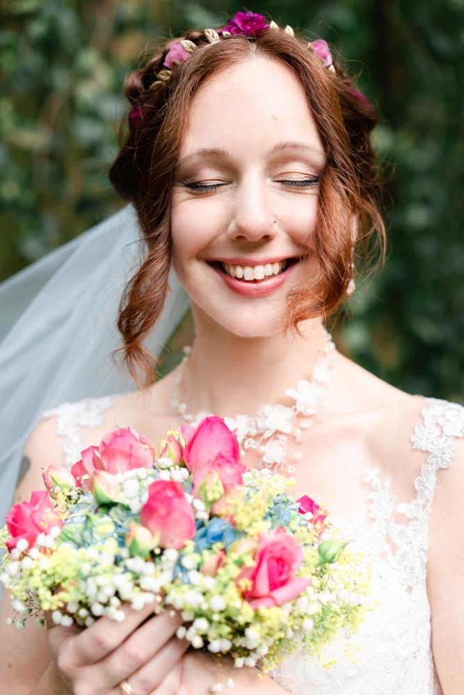 Glückliche Braut nach der Trauung - Hochzeitsbilder mit echten Emotionen Bremen