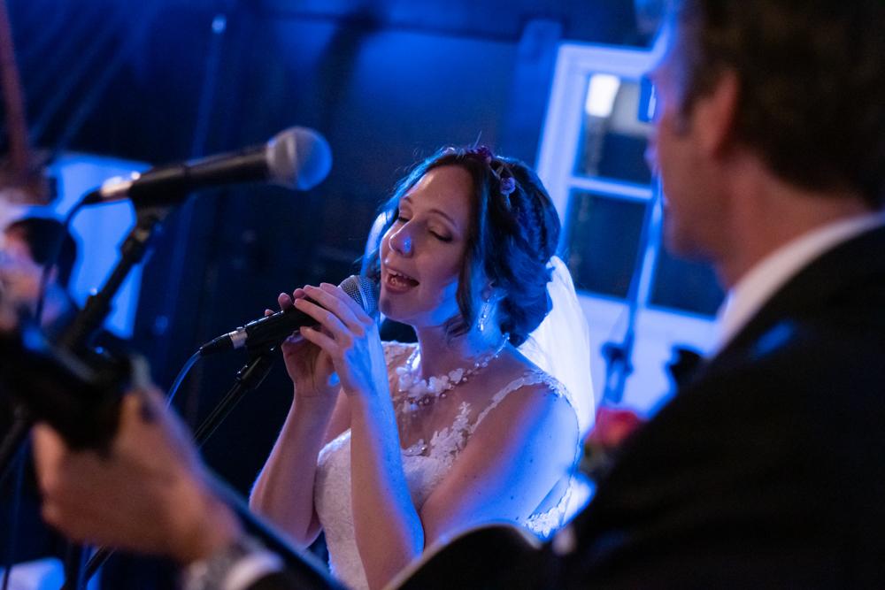 Die Braut sing live für ihre Gäste - exklusive Hochzeitsreportagen