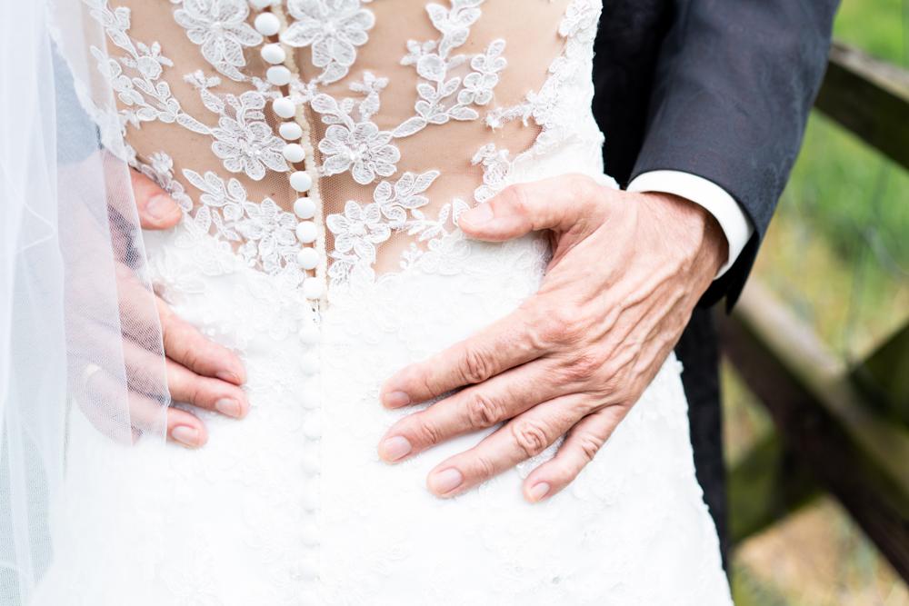 Detailfotos Brautkleid mit Spitze Umarmung - Hochzeitsfotograf Bremen