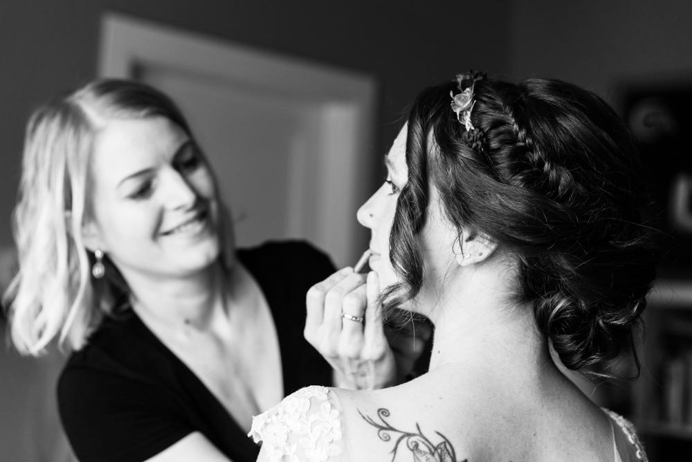 Letzter Feinschliff des Make ups der Braut begleitet vom Hochzeitsfotograf