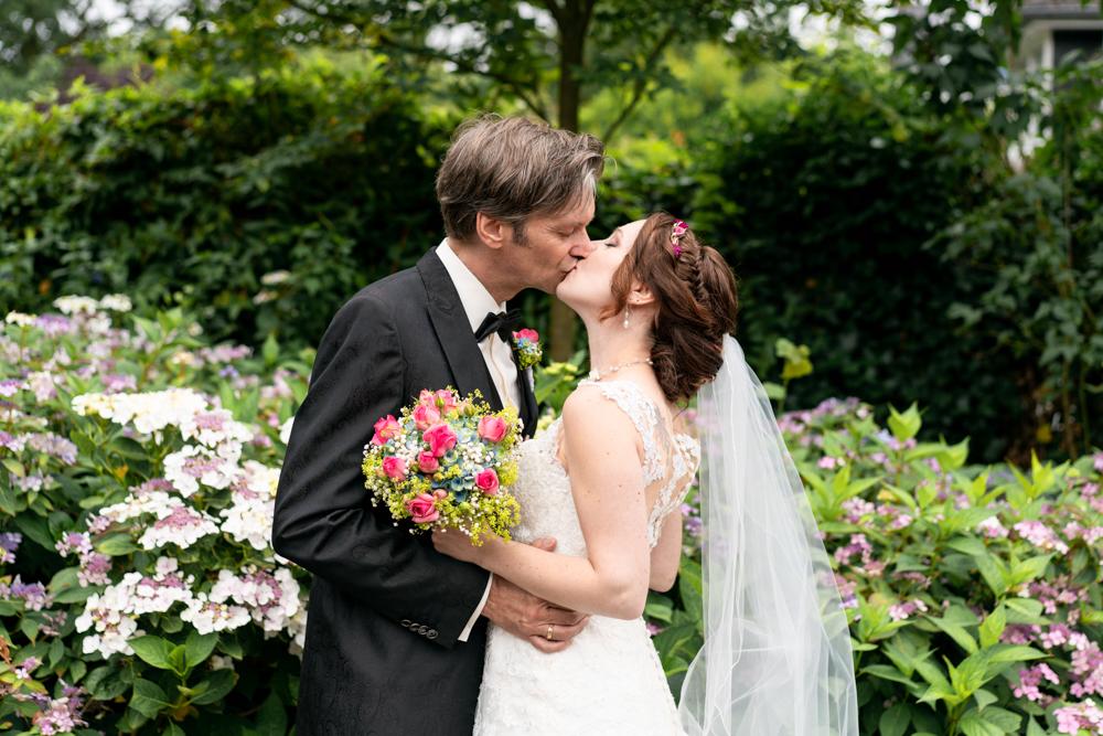 Paarbilder Hochzeitsfotos mit Kuss am Lür Kropp Hof Bremen