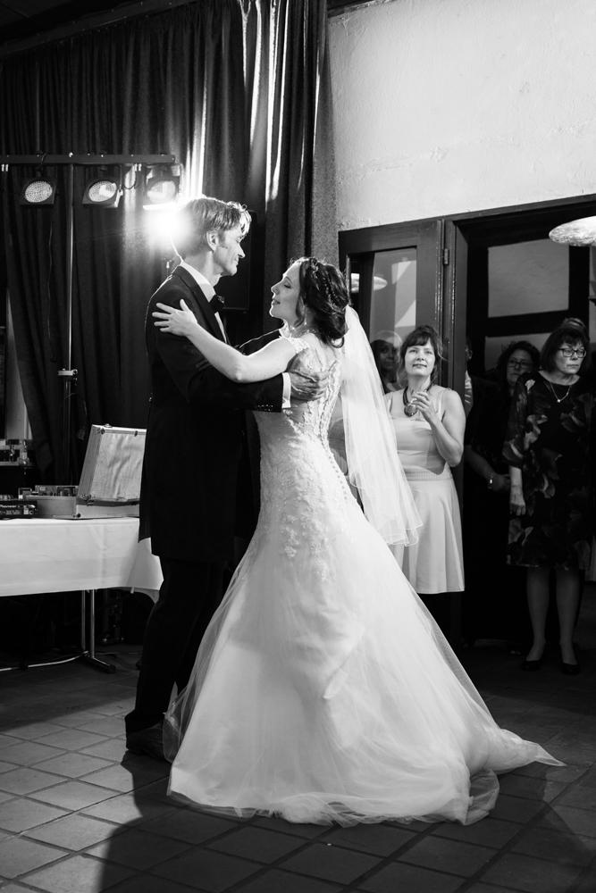 Ehrentanz am Abend - Authentische Hochzeitsreportagen Hochzeitsfotograf Bremen Niedersachsen