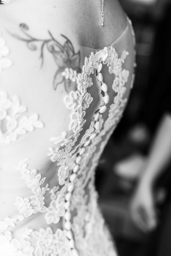 Dteailansicht des Brautkleides - Hochzeitsfotograf buchen in Bremen