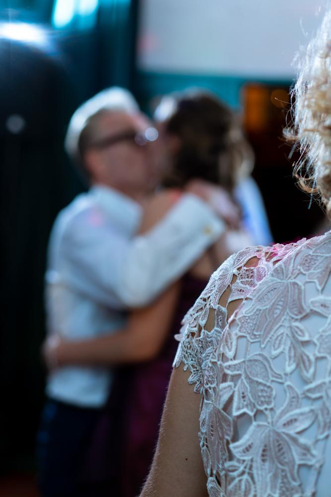 Ein Kuss im Hintergrund - Standesamtliche Trauung im Lür-Kropp-Hof Bremen