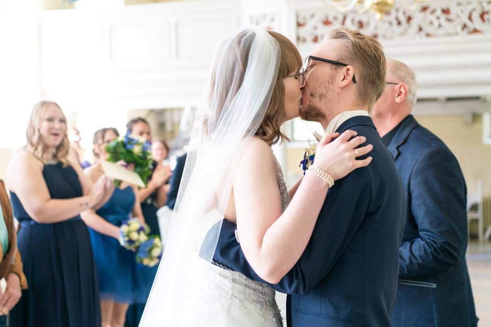 Hochzeitsfotografie Bremen kirchliche Hochzeit Brautkuss