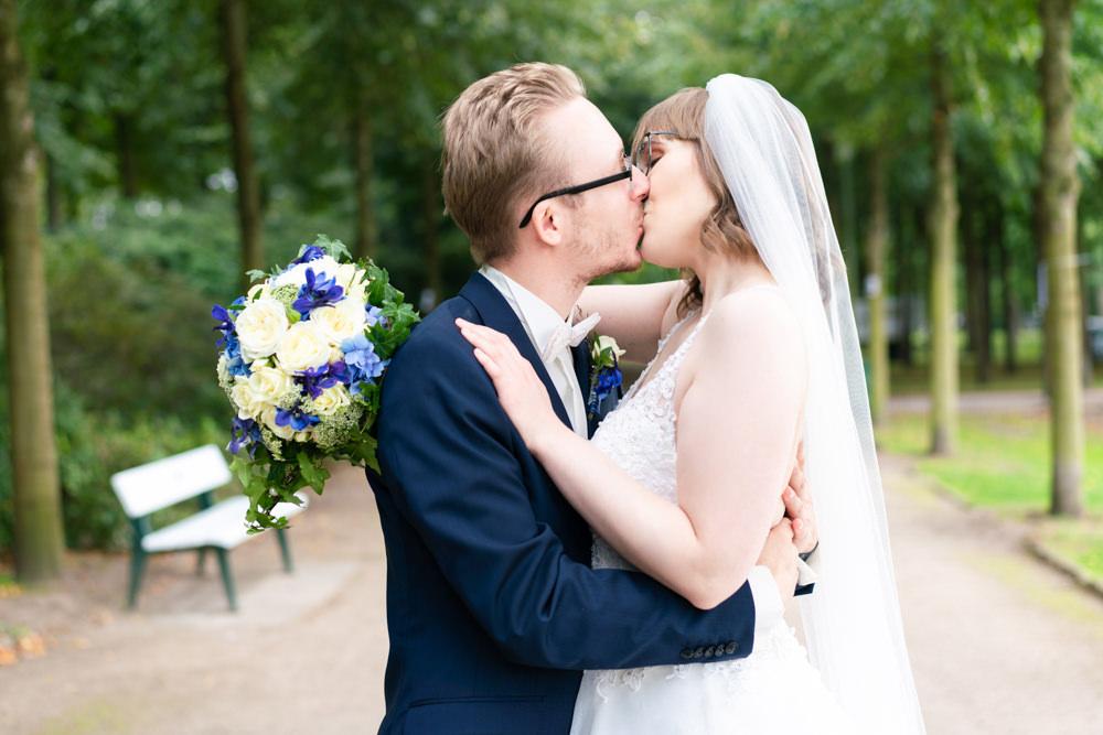 Hochzeitsfotografie Bremen Paarshooting im Bürgerpark Brautpaar kuss