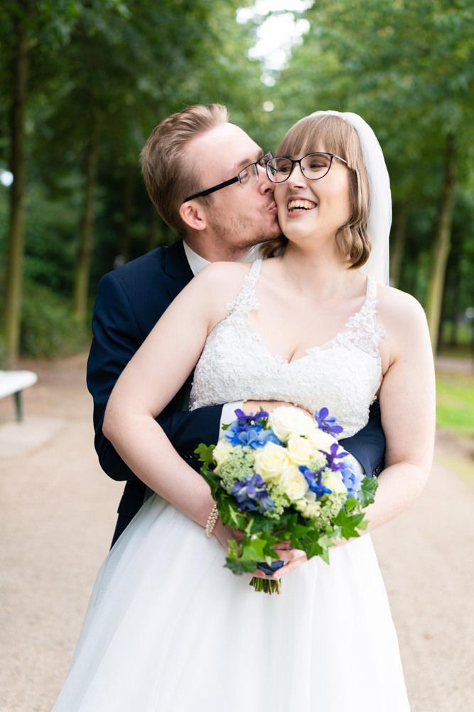 Hochzeitsfotograf Bremen Paarshooting im Bürgerpark glücklich natürlich