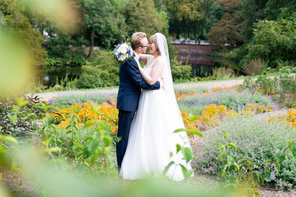 Hochzeitsfotografie Bremen Paarshooting in den Wallanlagen Bremer Mühle Blumenmeer
