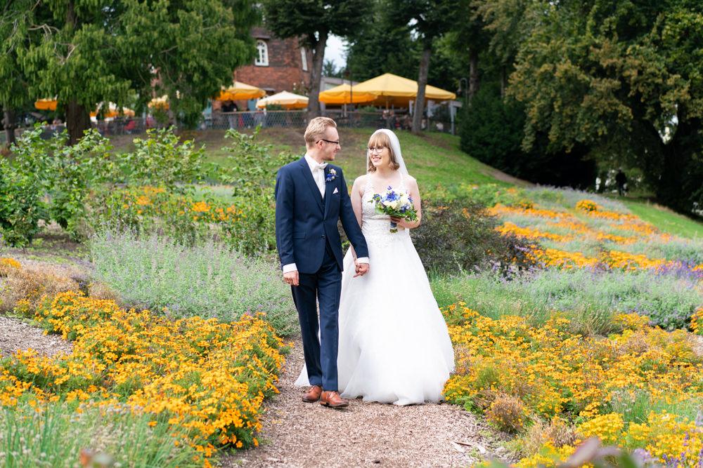 Hochzeitsfotograf Bremen Paarshooting in den Wallanlagen Bremer Mühle Blumenmeer I Elysianna Lumiere Photography