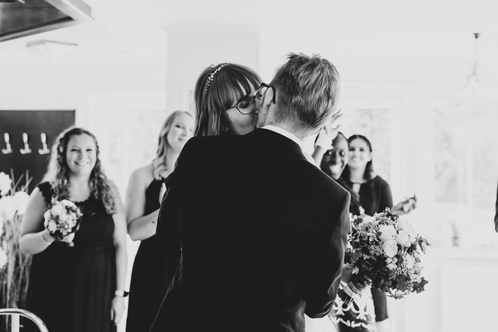 Hochzeitsfotograf Bremen Hochzeitsfeier Brautpaarkuss
