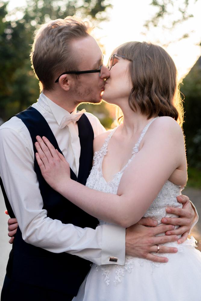 Paarshooting Sonnenuntergang Stimmung Liebe Kuss Hochzeitsfotograf Bremen I Elysianna Lumiere Photography