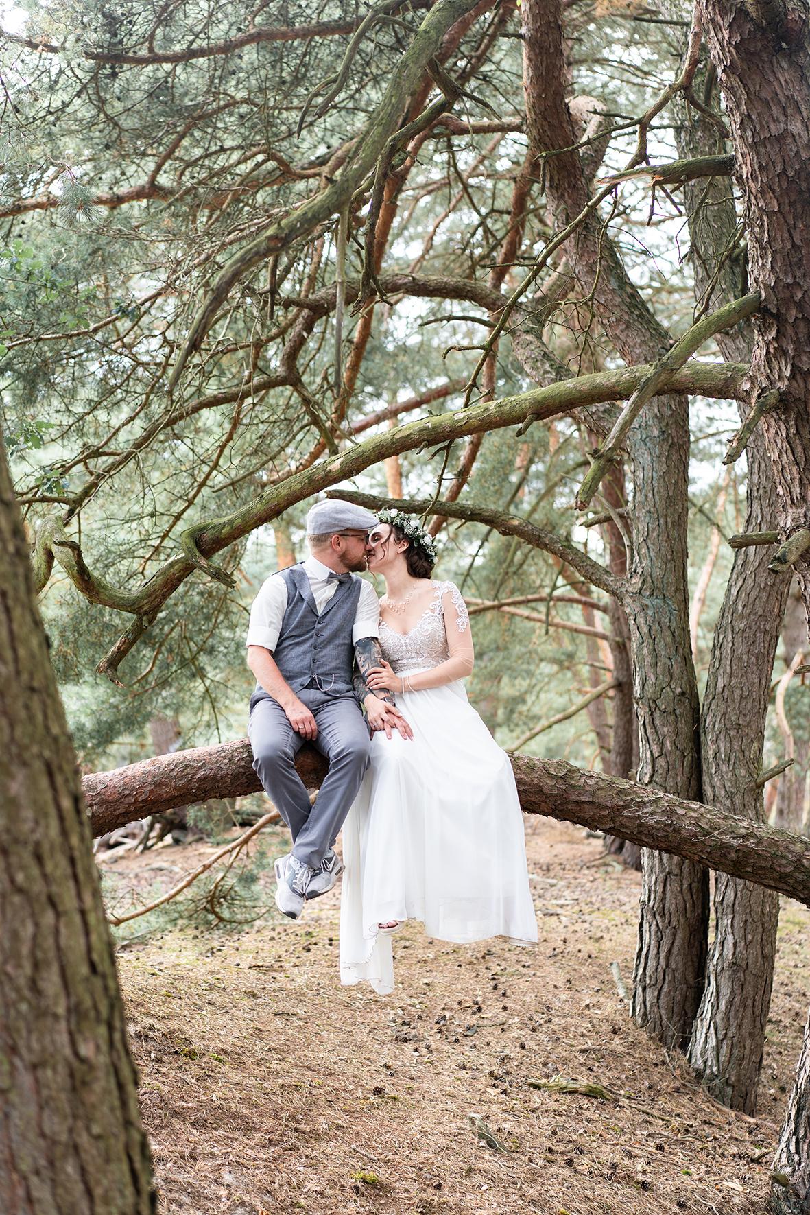 Paarshooting auf einem Baum in den Dünen Boholove Vintagebrautpaar