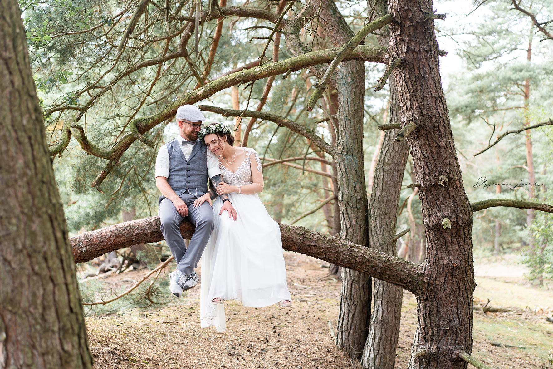 Braut kuschelt sich an den Bräutigam Bohohochzeit auf einem Baum