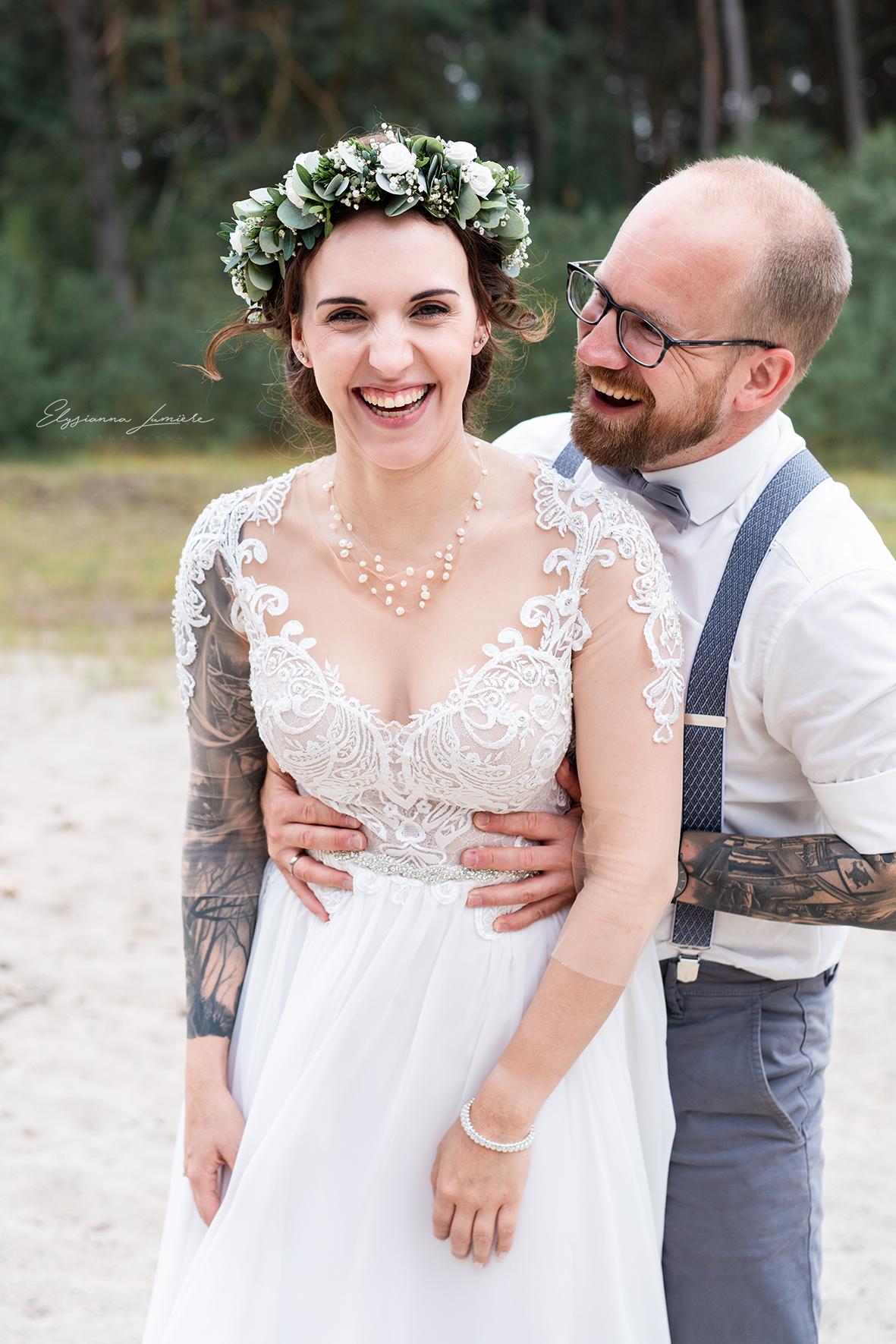 Der Bräutigam erschreckt die lachende Braut