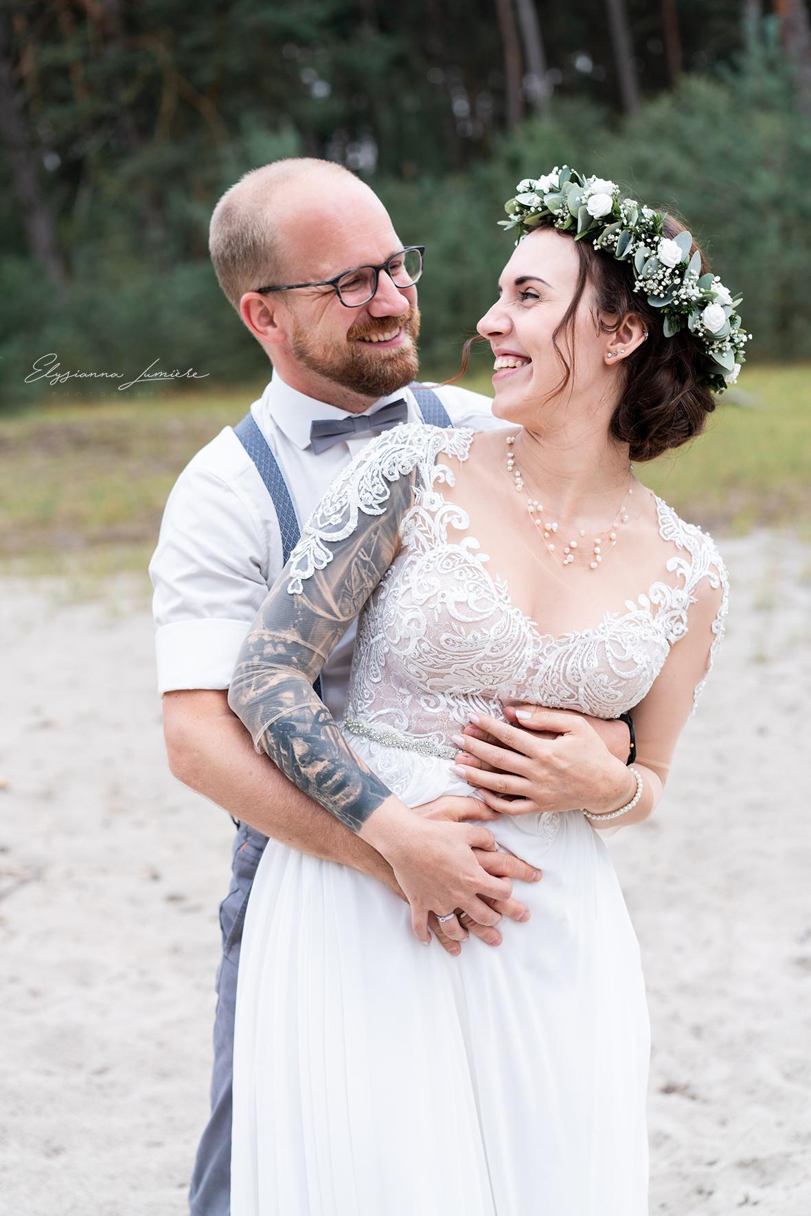 Lachendes Brautpaar bei den Hochzeitsfotos Weddingshooting in den Dünen