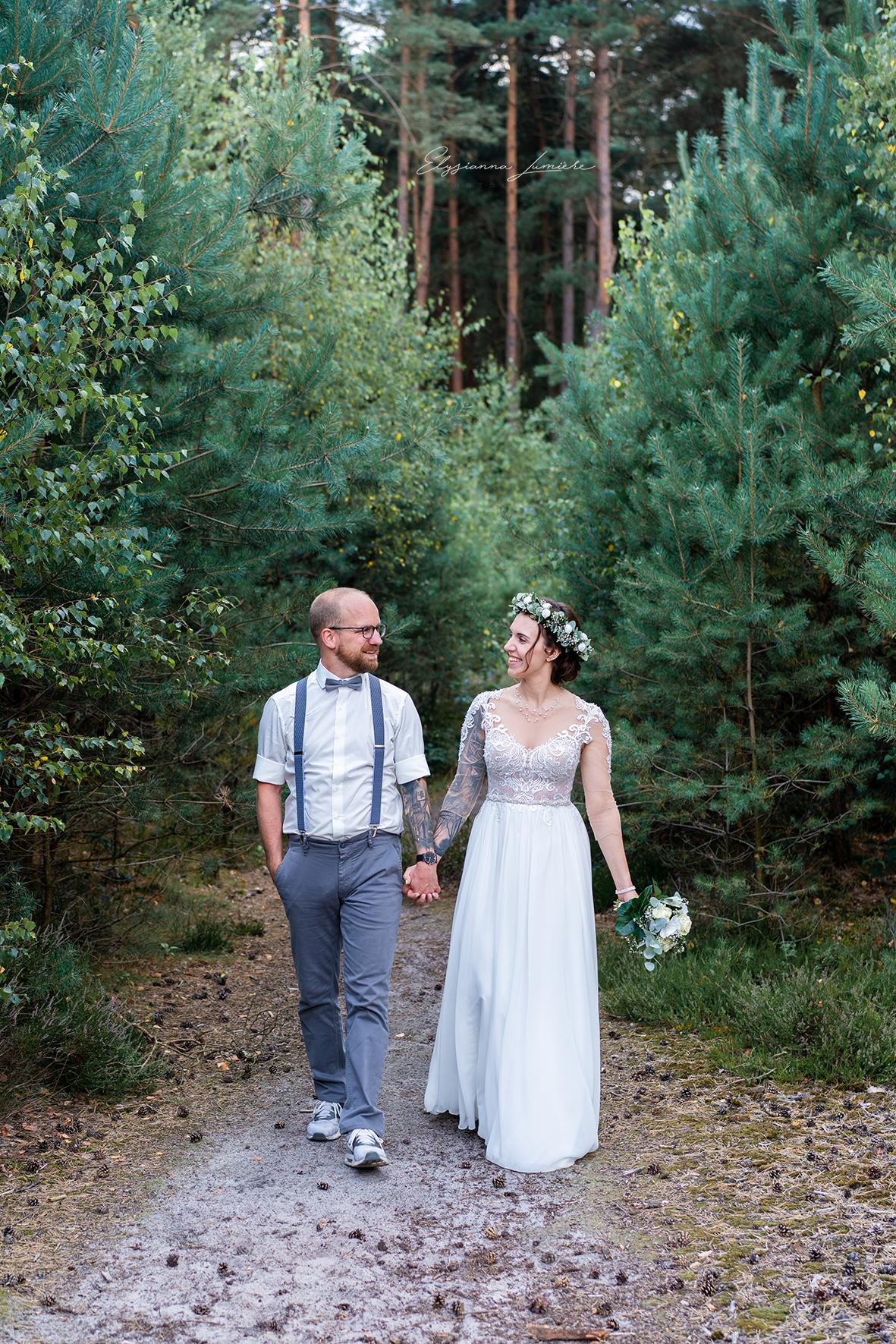 Spaziergang im Wald Brautshooting Weddingphotography Bremen I Elysianna Lumière Photography