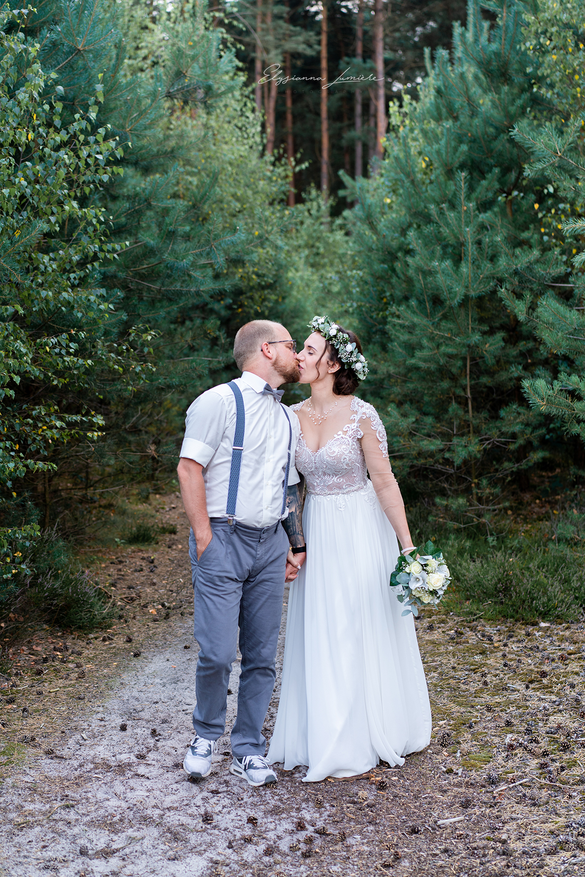 Ein Kuss beim Spaziergang Hochzeitsfotografie Bremen I Elysianna Lumière Photography